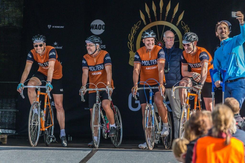 Dobbelt OL-guldvinder tager selfie med 4 velklædte cyklister.